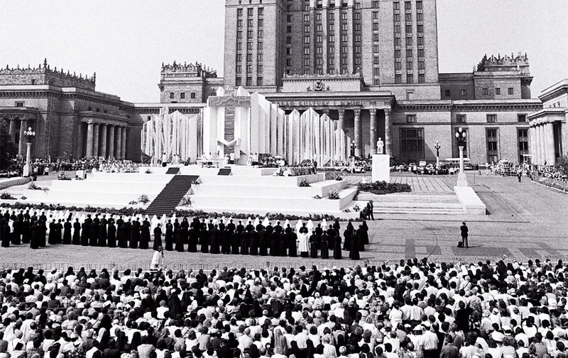 Pope John Paul II celebrates Mass at the main entrance to the Palace of Culture and Science (originally known as the Joseph Stalin's Palace of Culture and Science), Warsaw, June 14th 1987, fot. Stanisław Składanowski